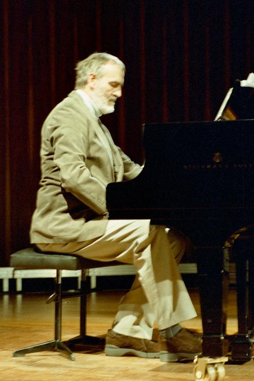 Heömut Lachenmann am Klavier